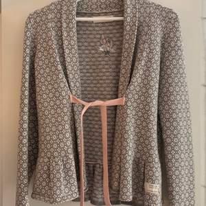 Grå, vit, rosa kofta från Odd Molly. Knappt använd. Storlek 1 (S). Nypris 1800kr, säljer för 400kr. Köpare står för frakt.