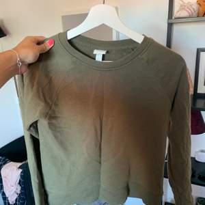 Militärgrön tröja från hm, storlek eu36. Tar betalt via swish, köparen står för frakten, kan även mötas upp i Gävle💗