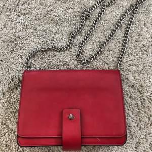 Fin röd väska. Bra skick men kedjan är ganska sliten. Köpt utomlands så minns ej märke.