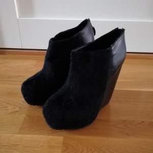 Svarta högklackade skor i storlek 39 från Nellys egna märke. Skorna är aldrig använda. Frakt tillkommer.