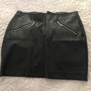 Kjol i konstläder från H&M i storlek 32. Känns som 34. Säljs då den är för liten för mig. Skickas mot fraktkostnad- kan samfrakta.