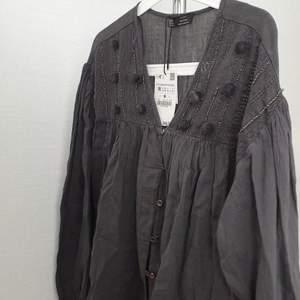 Blouse med detaljer ifrån Zara. Ej använd och har kvar prislappen. Köpt för 350kr Storlek: M Köparen står för fraktkostnaden ✨🧚🏼♀️
