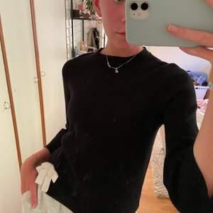 Supersöt svart tröja från zara kids men passar absolut en XS. 3/4 armar och en söt rosett på vänster sida. Frakt tillkommer på 50🥰