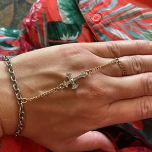 Så snyggt handsmycke med kors. Reglerbar längd mellan 17-20 cm. Ringen är en kedja ca 17 mm. Buda gärna. Frakt 15kr.