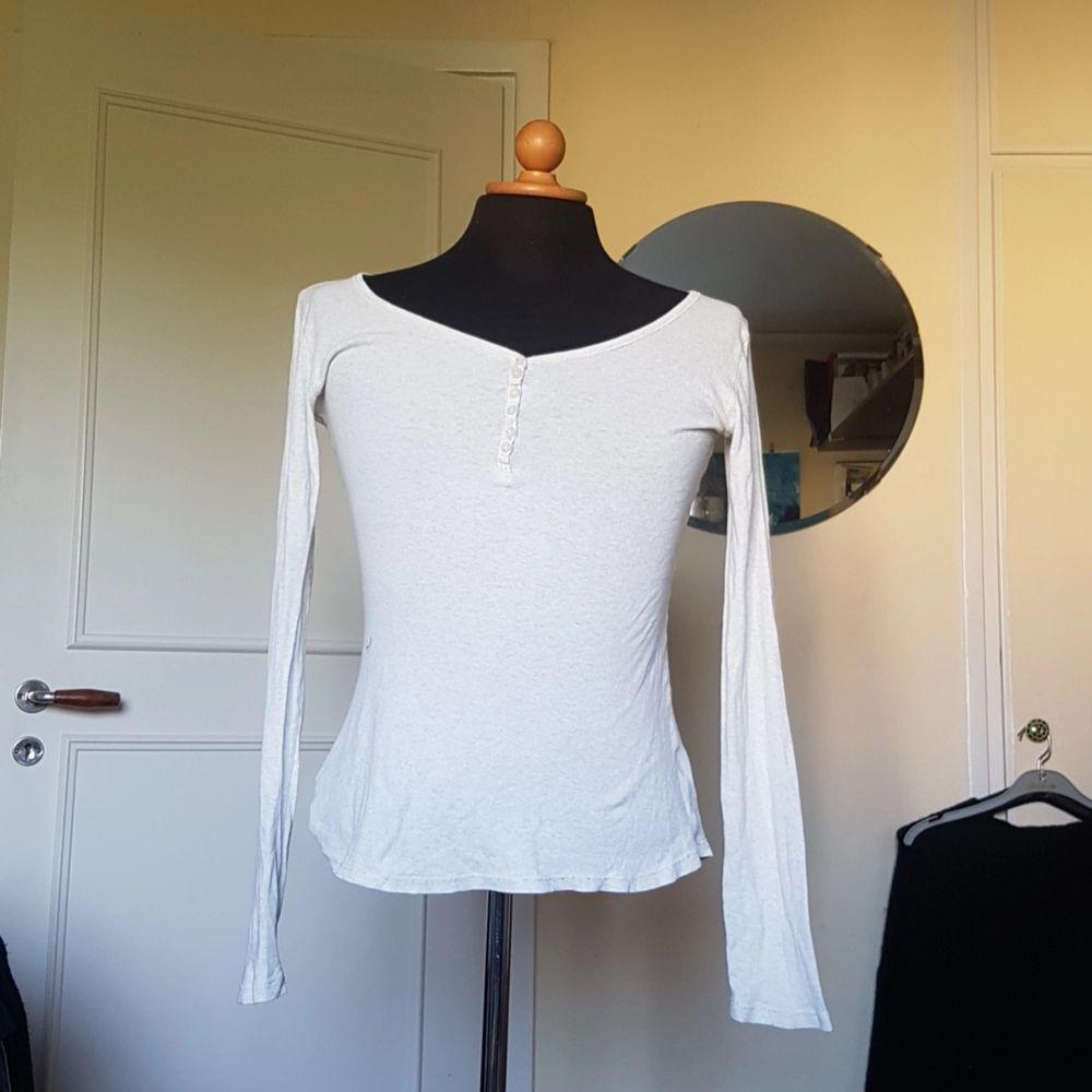 Denna långärmade tröja från Lindex med knäppning i urringningen säljes då den inte längre används. Den har varit en favorit och därmed har den ett lägre pris då den fortfarande är i ett väldigt bra, men kanske inte bästa, skicket. Passar S och M. . Tröjor & Koftor.