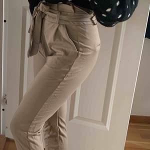 """Beiga """"kostymbyxor"""" i mjukis, från Vero Moda! Storlek XS Nypris 399kr"""