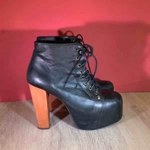 Jeffrey Campbell Snörstövletter. Storlek 40 , skorna är i mycket gott skick.  Kan hämtas i Uppsala eller skickas mot fraktkostnad.