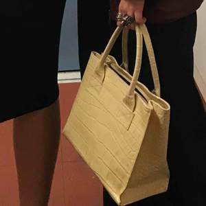 Säljer denna lackväskan som kommer ifrån Humana! Har några små röda sträck på ena sidan, annars i mycket bra skick:)