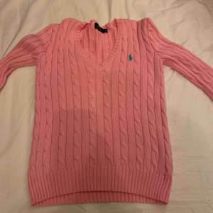 Jättefin rosa stickad ralph lauren tröja storlek XS