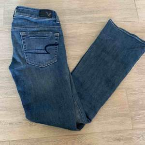 Säljer mina superfina utsvängda jeans från American Eagle i storleken 00 vilket motsvarar ca XS. Dom är väldigt stretchiga och har inga defekter! Byxorna är ganska låga i midjan!