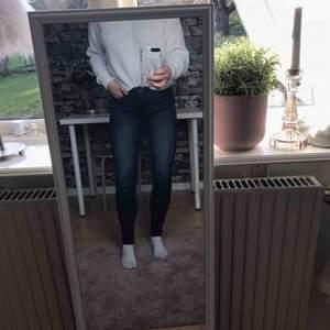 Mörkblå jeans från monki. Sparsamt använda.