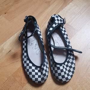 Använda rutiga sandaler från Vagabond.