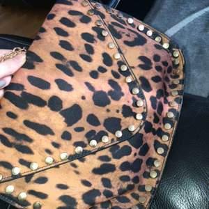 Säljer min leopard mönstrade väska då jag inte använder den mer, den är i nyskick möts upp i Göteborg eller står köparen för frakt