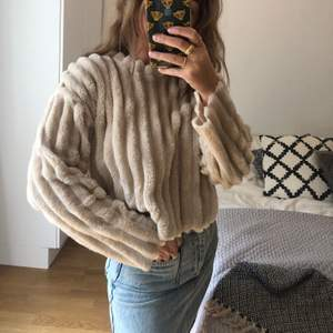 Mjuk beige tröja från zara storlek small. Frakt 55 kr tillkommer.