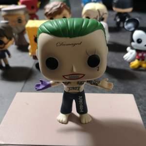Denna Joker POP FIGUR har legat i sin egen låda i kanske 2 år. Så gott som nyskick och jag har även andra pop figurer som är till salu. Info om frakt står även på min sida. Skriv privat om du har några frågor om Joker💚