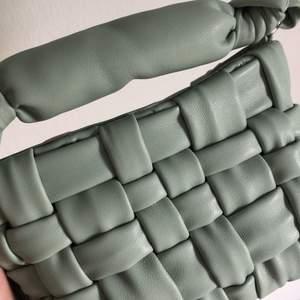 Mintgrön väska med både rem som går crossbody, går att ta bort, samt ett litet handtag beroende på hur man vill använda väskan. Superfin och i bästa skick.