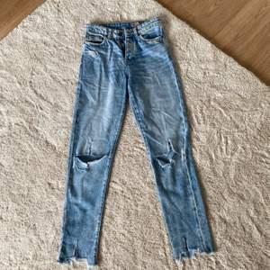 Blåa högmidjade jeans från Vero Moda med hål i knäna, jag köpte de utav en annan tjej men dom passade tyvärr inte :/ Jag har aldrig använt och tjejen innan hade använt de ett fåtal gånger! Jättefint skick.