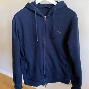 Mörkblå hoodie från Armani Jeans i strl L (herrmodell). Frakten ingår i priset 💜