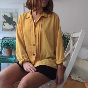 Senapsgul 70-talsblus med hög krage och utsmyckade knappar. Perfekt på sommaren eller som en färgklick i vintergarderoben. 🌞