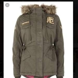 Säljer denna jätte fina parka jackan från Pauls boutique vilket är ett jätte fint märke från London. Märket säljer inte kläder mer utan bara deras väskor. Den är använd en halv vinter om ens de men i super bra skick. Fler bilder i PM. Kan gå ner i pris vid snabb affär. Köptes för 5000 ungefär