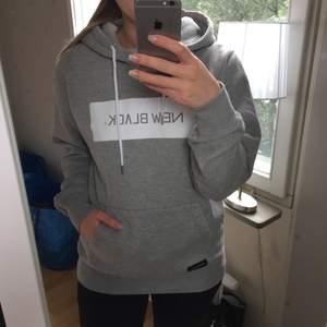 Oanvänd NewBlack hoodie med tags kvar. Nypris 900kr. Säljer för 500 + frakt.