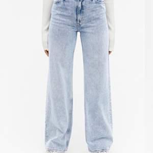 Monki jeans i modellen Yoko och färgen light blue . De är i bra skick förrutom att de är lite slitna längst ner på baksidan🥰