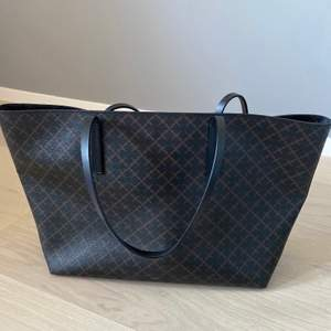 Säljer min fina Malene Birger väska. Väskan är som ny i skicket och clutch ingår.