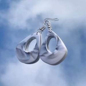 Fina akryl-örhängen, 41 mm höga✨teardrop white eller teardrop coffee☕️☁️frakt ingår ej, 39 kr st