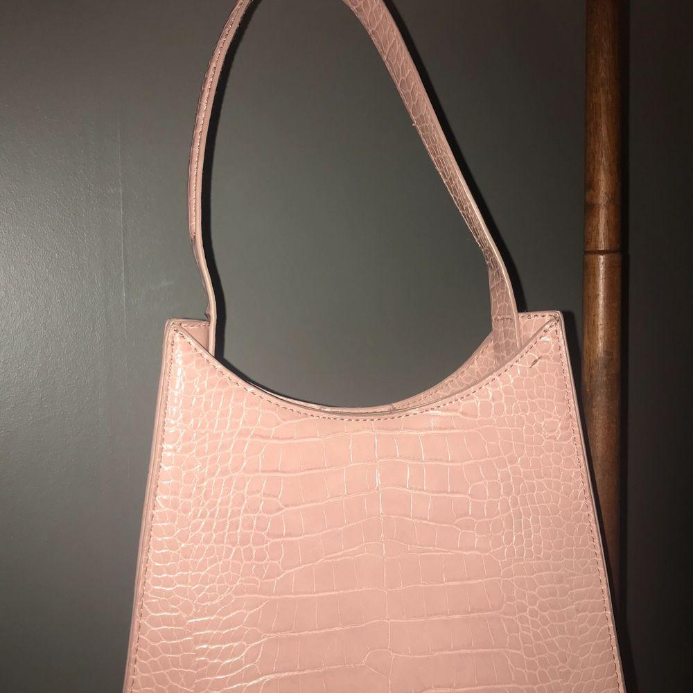Ljusrosa handväska i ormskinns likande material från NA-KD i bra skick💘. Väskor.
