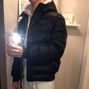 Säljer nu min vinterjacka från parajumpers. Det är storlek xl men skulle säga att den passar M/L. Använd fåtal gånger. Inga fläckar eller hål eller något liknande. Nypris kostar jackan runt 5500 kr mitt pris ligger på 4000 kr. Köparen står för frakt.