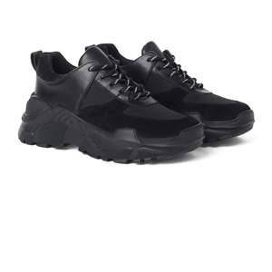 fetta snygga skor i storlek 38 aldrig använda.Orginall pris ligger på. 1 900 annars lägg bud