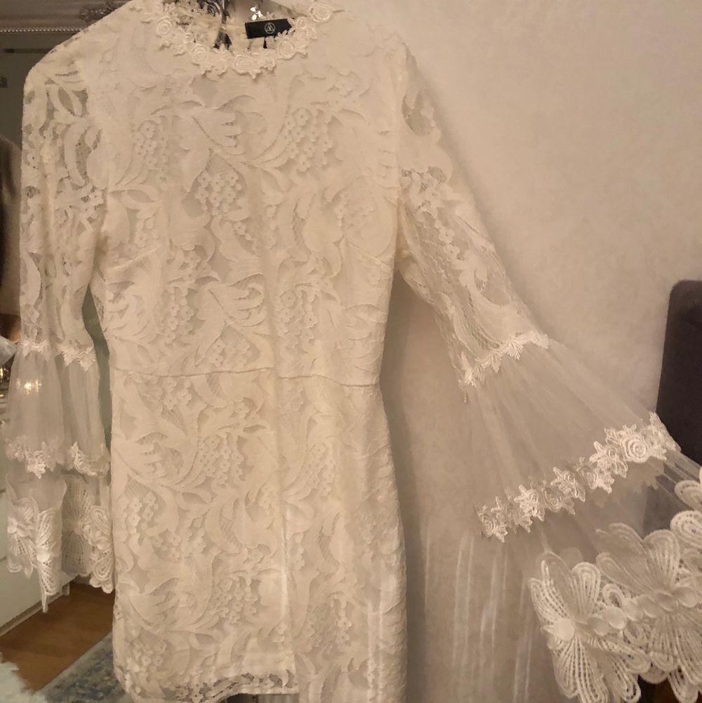 Superfin vit spetsklänning från Missguided, perfekt till studenten eller skolavslutningen. Endast använd en gång så i nytt skick, med en öppning i ryggen. Klänningar.