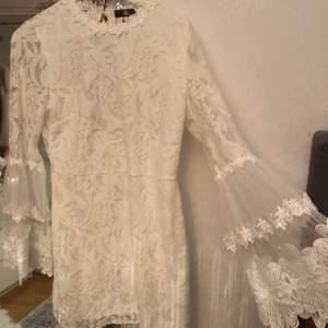 Superfin vit spetsklänning från Missguided, perfekt till studenten eller skolavslutningen. Endast använd en gång så i nytt skick, med en öppning i ryggen