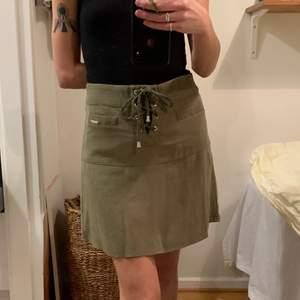 Guess kjol, vintage 90s, jag är en XS så passar som på bild, khaki grön med guld detaljer