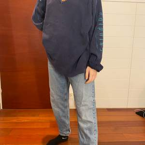 Supersnygga jeans i strl M som ligger på höften vilket trendar nu! Osäker på frakt ❣️
