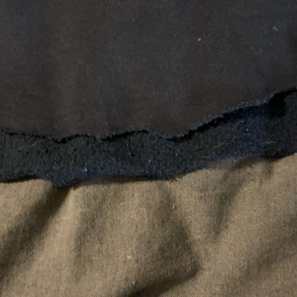 En marinblå sail racing tröja som är klippt till en croop top- se bild. Huvtröjor & Träningströjor.