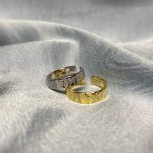 Vi säljer just nu ringer 'MERCURY' i både guld och silver. Ringer är i Sterling Silver 925 och den guldfärgade ringen är pläterad med 18K. Båda ringarna justerbara och passar vardera finger.