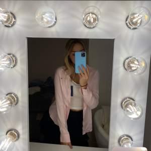 Jag säljer denna rosa skjorta som aldrig är använd, prislapp kvar.