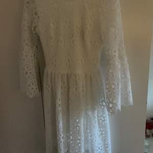 Perfekt vit klänning för skolavslutning eller student. Vackra detaljer på. Använd endast 1 gång.