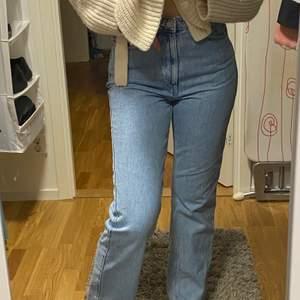 Sparsamt använda Rowe jeans från weekday som jag med mening har blekt i tvätten för en finare blå färg 🥰 (kan även bytas mot ett annat par Rowe jeans i strl 26/32/34) Exklusive frakt!