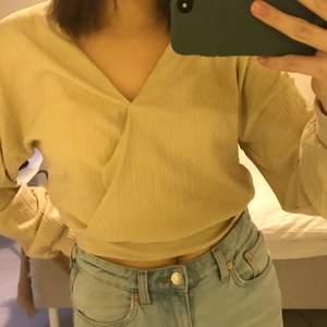 En festlig beige tröja ifrån Gina Tricot! Lite som en wrap topp i ett stretchigt tyg. Bra skick, säljer då den inte är min stil längre. Kan mötas upp i Stockholm, annars betalar köparen för frakt❤️