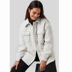 Säljer en oanvänd rutig jacka från NAKD✨ jackan är i oversize så känns som M, är i väldigt bra skick men säljer den eftersom jag fick en likadan i beige😊🌸 frakt är inkluderad i priset!