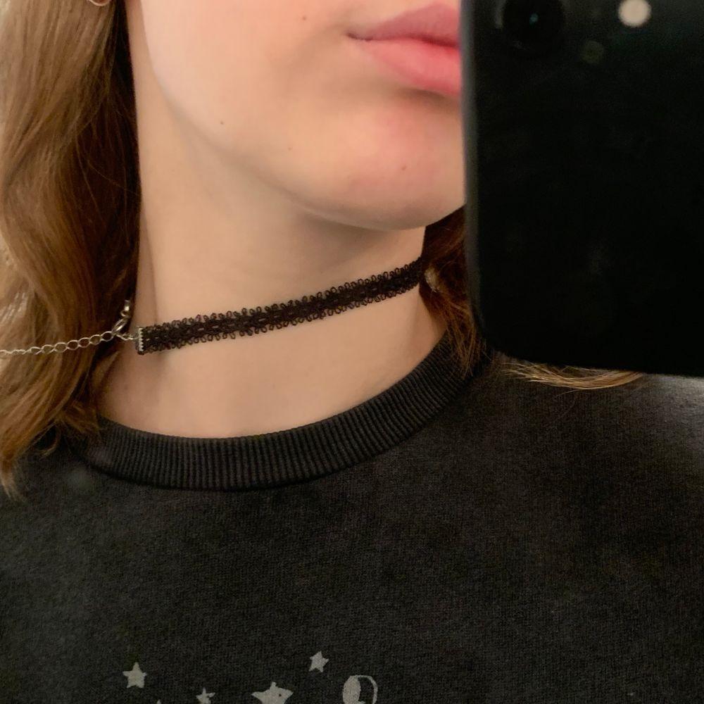 Oanvänd choker halsband 🖤 köparen står för frakten 🖤 . Accessoarer.