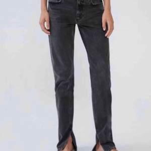Säljer dessa populära jeansen från Zara med slits. Använda men inga defekter, som nya. Färgen är grå. 😊