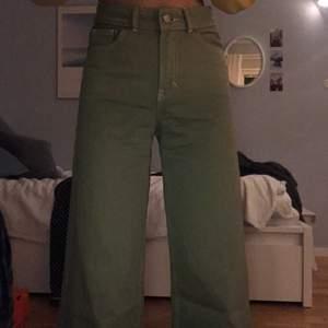 Skitballa gröna jeans/byxor med vita sömmar🍃vida/raka ben, säljer dom då de tyvärr inte kommer till användning, nyskick! Jag är ca 163 cm som referens (se hur långa dom är på mig bild 3) skriv för fler bilder eller mer info!🌱pris kan diskuteras