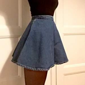 Vippig kjol från American Apparel i otvättad jeans