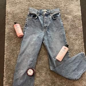 Super trendiga vida/raka jeans från Gina!🥰Nypris 500kr!❤️säljes pga inte riktigt min stil på jeans längre och har för många🥴💖Inga skador eller liknande!! Ser ut som nya faktiskt! Väldigt sköna❤️vid fler intresserade blir det budgivning!☺️om spårbar frakt önskas går det nog att fixa på 63kr👍