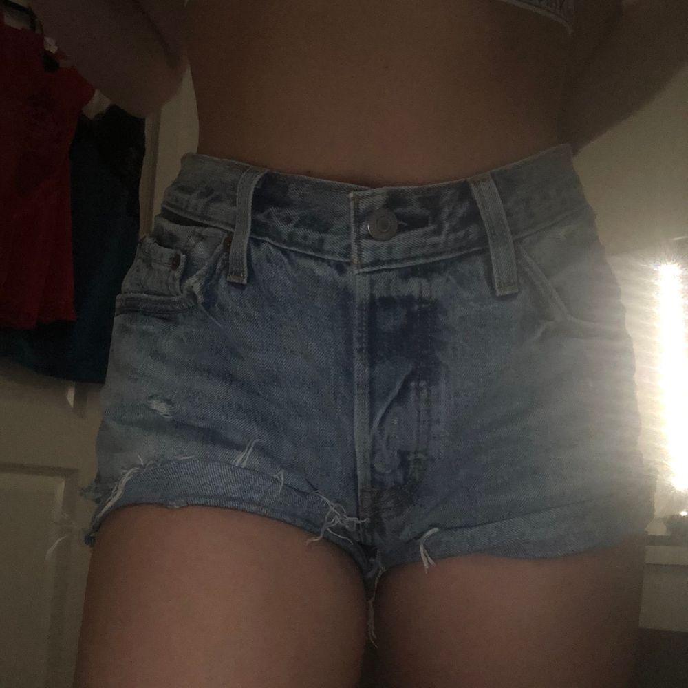 Ett par blåa Levis jeans short, har andväna få tal gånger. Det är i bra skick🥰😇  Säljer för 200kr och köparen står de frakten😊. Shorts.