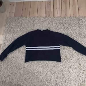 Supergulliga croppad tröja från Brandy Melville. Får inte plats i garderoben längre och säljs därför mycket billigt. Använd en del men i grym kvalitet!