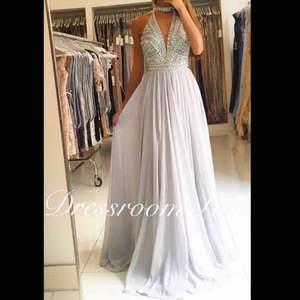 Jag säljer min balklänning ifrån dressroom linné! Klänningen är använd 1 gång och är i bra skick. originalpriset är 4990kr och klänningen är i storlek 34/36🥰   🌸Skriv även för fler bilder🌸  (Frakt ingår ej)
